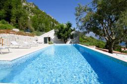 Бассейн. Черногория, Муо : Каменный дом с бассейном и шикарным видом на Бока-Которскую бухту, 4 спальни, 3 ванные комнаты, барбекю, настольный теннис, парковка, Wi-Fi