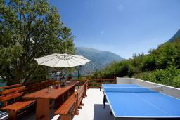 Терраса. Черногория, Муо : Каменный дом с бассейном и шикарным видом на Бока-Которскую бухту, 4 спальни, 3 ванные комнаты, барбекю, настольный теннис, парковка, Wi-Fi