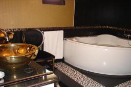 Ванная комната. Черногория, Мрчевац : Шикарная вилла с бассейном и зеленым двориком, 4 спальни, сауна, тренажерный зал, барбекю, парковка, Wi-Fi