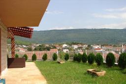 Территория. Черногория, Мрчевац : Шикарная вилла с бассейном и зеленым двориком, 4 спальни, сауна, тренажерный зал, барбекю, парковка, Wi-Fi