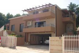 Фасад дома. Черногория, Мрчевац : Шикарная вилла с бассейном и зеленым двориком, 4 спальни, сауна, тренажерный зал, барбекю, парковка, Wi-Fi