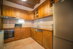 Кухня. Черногория, Доня Ластва : Каменный дом с бассейном и двориком с видом на море, 3 спальни, барбекю, парковка, Wi-Fi