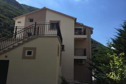 Фасад дома. Черногория, Столив : Прекрасная вилла с бассейном и видом на Бока-Которскую бухту, 6 спален, 3 ванные комнаты, барбекю, парковка, Wi-Fi