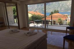 Спальня 3. Черногория, Столив : Прекрасная вилла с бассейном и видом на Бока-Которскую бухту, 6 спален, 3 ванные комнаты, барбекю, парковка, Wi-Fi