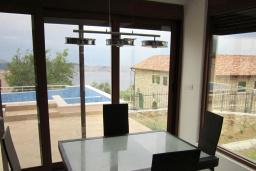 Обеденная зона. Черногория, Шушань : Современная вилла с бассейном и видом на море, 3 спальни, барбекю, парковка, Wi-Fi
