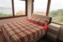Спальня. Черногория, Шушань : Современная вилла с бассейном и видом на море, 3 спальни, барбекю, парковка, Wi-Fi