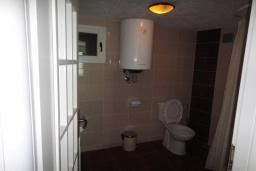 Ванная комната 2. Черногория, Добра Вода : Вилла с двориком в 100 метрах от пляжа, 2 спальни, парковка, Wi-Fi