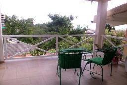 Балкон. Черногория, Добра Вода : Вилла с двориком в 100 метрах от пляжа, 2 спальни, парковка, Wi-Fi