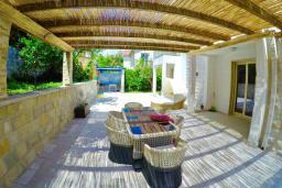 Терраса. Черногория, Муо : Современная вилла с бассейном и шикарным видом на Бока-Которскую бухту, 20 метров до пляжа, 4 спальни, 4 ванные комнаты, патио, барбекю, парковка, Wi-Fi