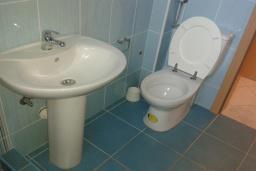 Ванная комната. Черногория, Бечичи : Апартамент в комплексе с бассейном, с гостиной, отдельной спальней и балконом с видом на сад