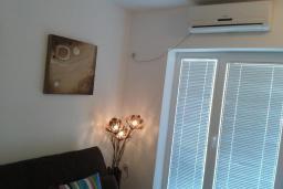 Гостиная. Черногория, Бечичи : Апартамент в комплексе с бассейном, с гостиной, отдельной спальней и балконом с видом на сад