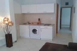 Кухня. Черногория, Бечичи : Апартамент в комплексе с бассейном, с гостиной, отдельной спальней и балконом