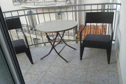 Балкон. Черногория, Бечичи : Апартамент в комплексе с бассейном, с гостиной, отдельной спальней и балконом