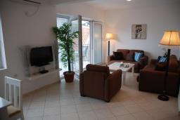 Гостиная. Черногория, Бечичи : Апартамент в комплексе с бассейном, с гостиной, отдельной спальней и балконом с видом на море