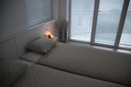 Спальня. Черногория, Бечичи : Апартамент в комплексе с бассейном, с гостиной, отдельной спальней и балконом с видом на море