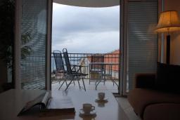 Балкон. Черногория, Бечичи : Апартамент в комплексе с бассейном, с гостиной, отдельной спальней и балконом с видом на море