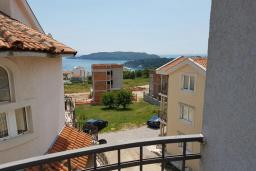 Вид на море. Черногория, Бечичи : Апартамент в комплексе с бассейном, с гостиной, отдельной спальней и балконом с видом на море