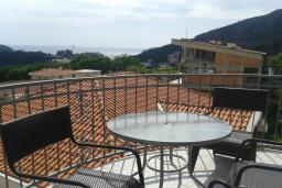 Балкон. Черногория, Бечичи : Апартамент в комплексе с бассейном, с гостиной, двумя спальнями и балконом с видом на море