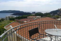 Вид на море. Черногория, Бечичи : Апартамент в комплексе с бассейном, с гостиной, двумя спальнями и балконом с видом на море