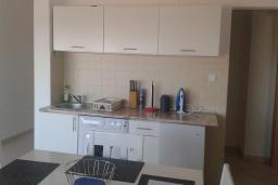 Кухня. Черногория, Бечичи : Апартамент в комплексе с бассейном, с гостиной, двумя спальнями и балконом с видом на море