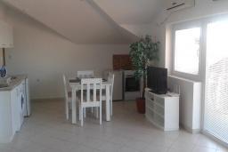 Гостиная. Черногория, Бечичи : Апартамент в комплексе с бассейном, с гостиной, двумя спальнями и балконом с видом на море