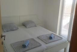 Спальня 2. Черногория, Бечичи : Апартамент в комплексе с бассейном, с гостиной, двумя спальнями и балконом с видом на море