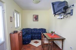 Гостиная. Черногория, Столив : Апартамент в 20 метрах от пляжа, с гостиной, отдельной спальней и террасой
