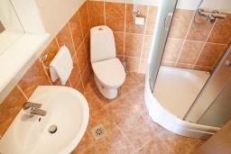 Ванная комната. Черногория, Столив : Апартамент в 20 метрах от пляжа, с гостиной, отдельной спальней и террасой