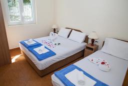 Спальня. Черногория, Столив : Апартамент в 20 метрах от пляжа, с гостиной, отдельной спальней и террасой