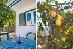 Терраса. Черногория, Столив : Апартамент в 20 метрах от пляжа, с гостиной, отдельной спальней и террасой