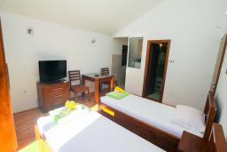 Студия (гостиная+кухня). Черногория, Игало : Студия с плазменным телевизором, кондиционером и балконом