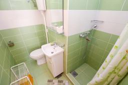 Ванная комната. Черногория, Игало : Студия с плазменным телевизором, кондиционером и балконом