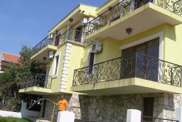 Фасад дома. Черногория, Утеха : Прекрасная вилла с зеленым двориком, 3 спальни, 2 ванные комнаты, парковка, Wi-Fi