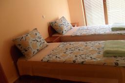 Спальня 2. Черногория, Утеха : Прекрасная вилла с зеленым двориком, 3 спальни, 2 ванные комнаты, парковка, Wi-Fi