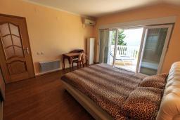 Спальня. Черногория, Добра Вода : Шикарная вилла с зеленым двориком и видом на море, 20 метров до пляжа, 2 гостиные, 5 спален, 4 ванные комнаты, Wi-Fi