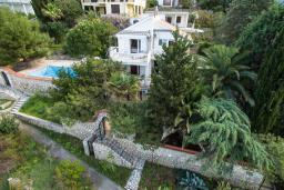Фасад дома. Черногория, Добра Вода : Шикарная вилла с зеленым двориком и видом на море, 20 метров до пляжа, 2 гостиные, 5 спален, 4 ванные комнаты, Wi-Fi