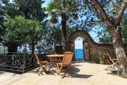Терраса. Черногория, Добра Вода : Шикарная вилла с зеленым двориком и видом на море, 20 метров до пляжа, 2 гостиные, 5 спален, 4 ванные комнаты, Wi-Fi