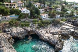 Ближайший пляж. Черногория, Добра Вода : Шикарная вилла с зеленым двориком и видом на море, 20 метров до пляжа, 2 гостиные, 5 спален, 4 ванные комнаты, Wi-Fi