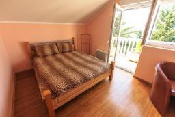 Спальня 2. Черногория, Добра Вода : Шикарная вилла с зеленым двориком и видом на море, 20 метров до пляжа, 2 гостиные, 5 спален, 4 ванные комнаты, Wi-Fi