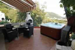 Терраса. Черногория, Будва : Роскошный комплекс из двух вилл с бассейном и зеленым двориком, 2 гостиные, 4 спальни, 4 ванные комнаты, уличное джазуки, барбекю, парковка, Wi-Fi