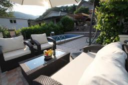 Территория. Черногория, Будва : Роскошный комплекс из двух вилл с бассейном и зеленым двориком, 2 гостиные, 4 спальни, 4 ванные комнаты, уличное джазуки, барбекю, парковка, Wi-Fi