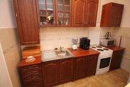 Кухня. Черногория, Будва : Роскошный комплекс из двух вилл с бассейном и зеленым двориком, 2 гостиные, 4 спальни, 4 ванные комнаты, уличное джазуки, барбекю, парковка, Wi-Fi