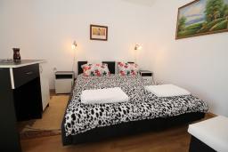 Спальня. Черногория, Будва : Роскошный комплекс из двух вилл с бассейном и зеленым двориком, 2 гостиные, 4 спальни, 4 ванные комнаты, уличное джазуки, барбекю, парковка, Wi-Fi