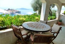 Балкон. Черногория, Святой Стефан : Представительский номер с балконом и видом на море
