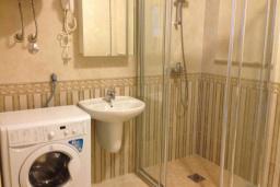 Ванная комната. Черногория, Бечичи : Апартамент в 100 метрах от пляжа, с гостиной, двумя отдельными спальнями и балконом