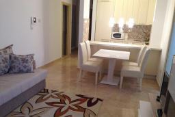 Кухня. Черногория, Бечичи : Апартамент в 100 метрах от пляжа, с гостиной, двумя отдельными спальнями и балконом