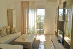 Гостиная. Черногория, Бечичи : Апартамент в 100 метрах от пляжа, с гостиной, двумя отдельными спальнями и балконом