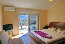 Студия (гостиная+кухня). Черногория, Доброта : Студия с балконом и видом на море