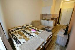 Студия (гостиная+кухня). Черногория, Игало : Студия с кондиционером, плазменным телевизором и балконом