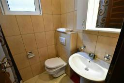Ванная комната. Черногория, Игало : Студия с кондиционером, плазменным телевизором и балконом